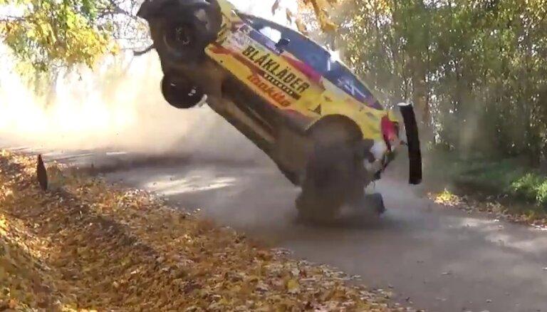 Video: Norvēģu pilota Brinildsena iespaidīgā avārija leģendārajā Vecpils ātrumposmā 'Rally Liepāja'