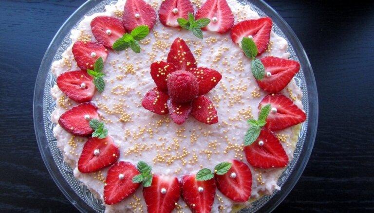 Neceptā zemeņu un piena krēma torte kaloriju skaitītājiem