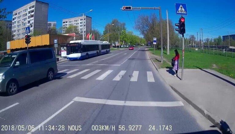 Salaspils ielā divi auto aizbrauc pie sarkanās gaismas