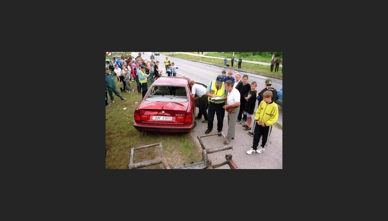 В Риге автомобиль вылетел на тротуар: три человека погибли, трое ранены