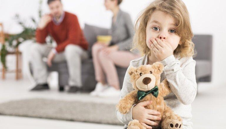 Septiņas frāzes, kuras bērnu klātbūtnē neteikt partnerim