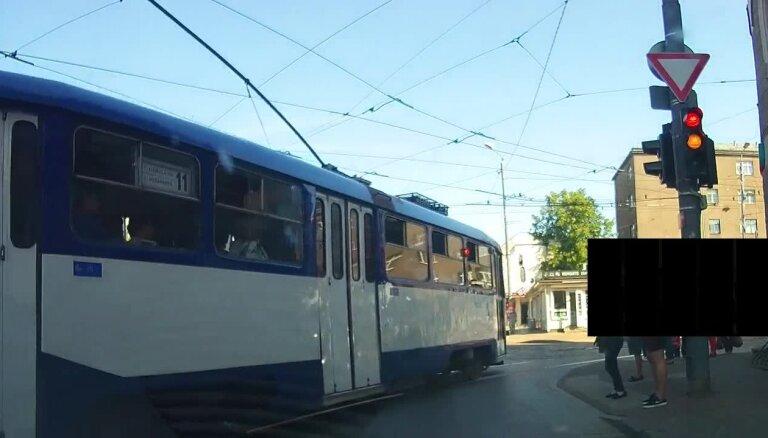 ВИДЕО: Водитель трамвая начинает движение на красный свет