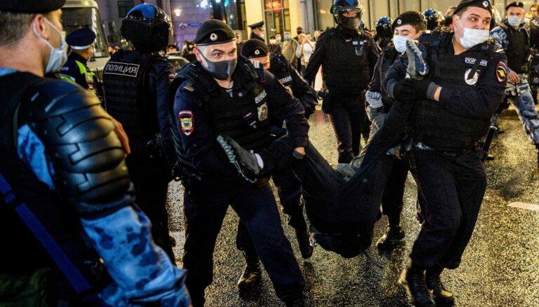 """ФОТО. """"Кажется, я борюсь со стеной"""": как в Москве протестовали против новой Конституции"""