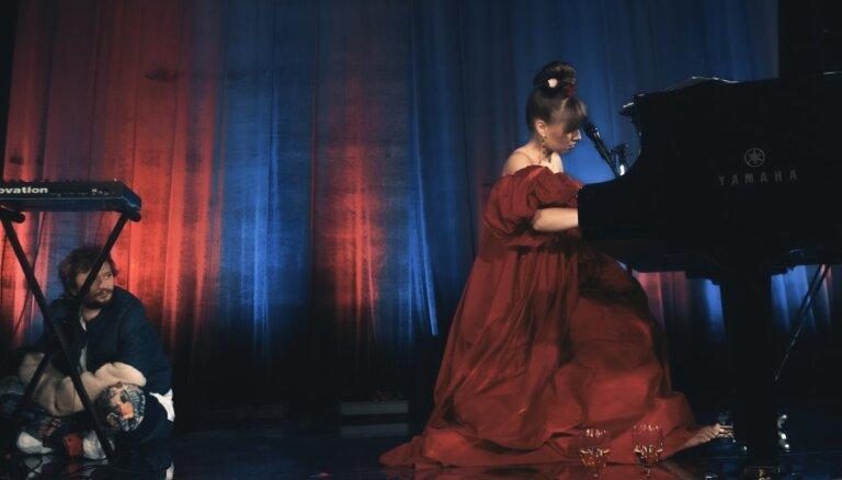 Foto: Katrīna Gupalo un Oriole jaunajā mūzikas un drāmas telpā 'OratoriO'