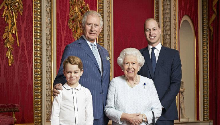 Karaliene un troņmantnieki: Britu karaļnams pārsteidz ar četru paaudžu portretu