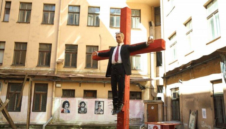 """В Риге планируют шествие против скандальной выставки: крест с """"Путиным"""" спилят"""