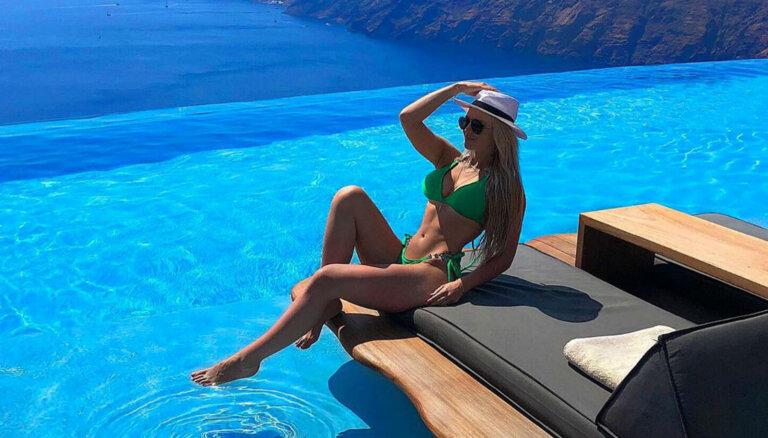 Krāšņi foto: Fitnesa skaistule Paula Freimane izdaiļo Santorini salu