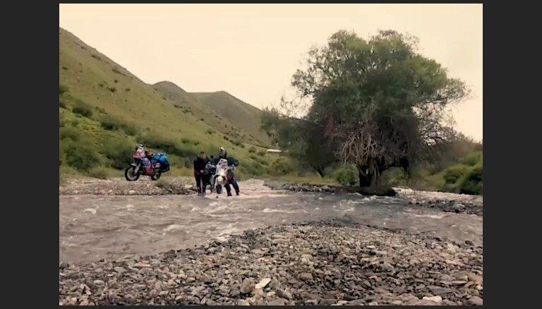 'Ātruma cilts': Latvieši ar motocikliem pieveic Vidusāzijas bīstamākos maršrutus