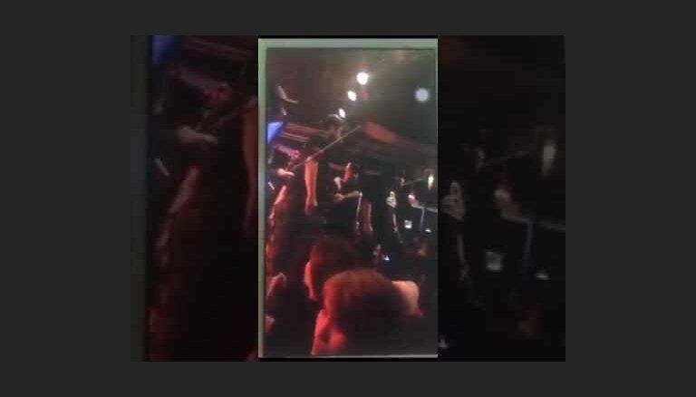 Gaisa spēku seržants Taizemē koncerta laikā ar ieroci tēmē uz mūziķi