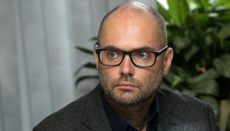Mediju uzrauga pārstāvis Āboliņš sūdzas par Judinu; deputāti pārsteigti