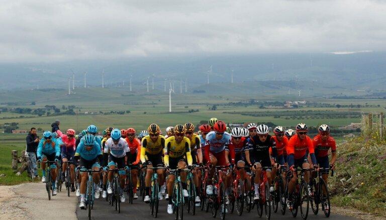 Neilands piedalās atrāvienā 'Giro d'Italia' posma sākumā, uzvaru svinot mājiniekam Masnadam