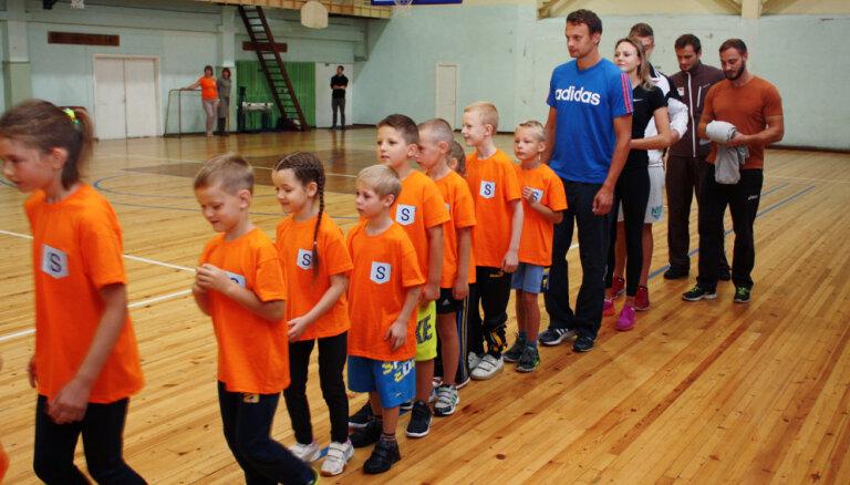 Siguldas sporta klases skolēniem mācību gads sācies ar kopīgu sportošanu olimpiešu kompānijā