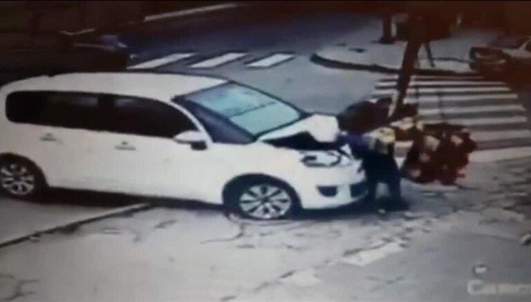 Video: Argentīnā starp auto un luksoforu iesprostotam gājējam paveicas vizuāli iespaidīgā avārijā