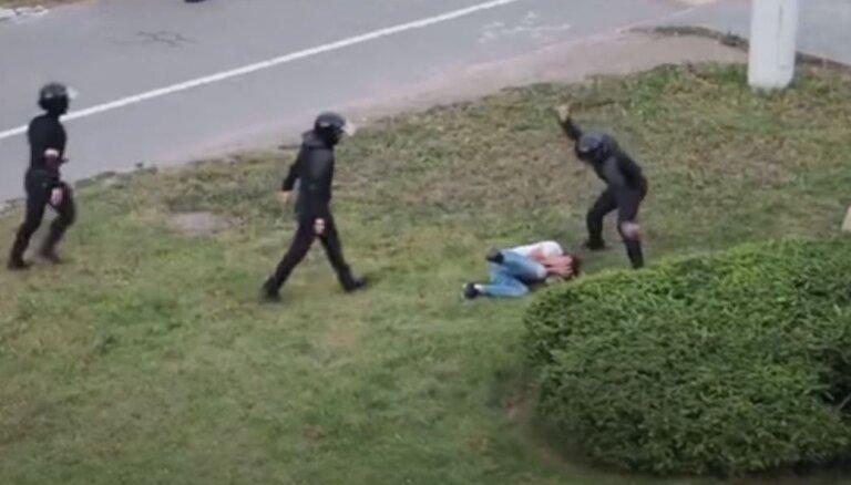 Video: Kā baltkrievu drošībnieki vajā un bez žēlastības sit cilvēkus