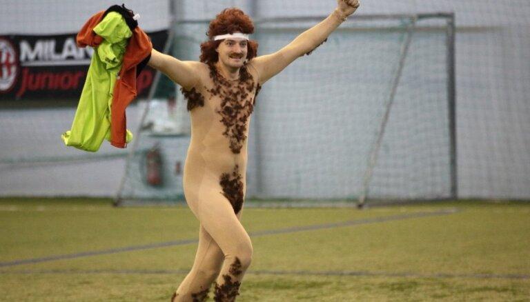 Foto: Kailums uz laukuma – kā aktieri pret sportistiem futbolu spēlēja