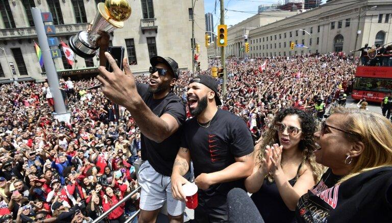 Aptuveni divi miljoni cilvēku Toronto ielās svin 'Raptors' triumfu NBA