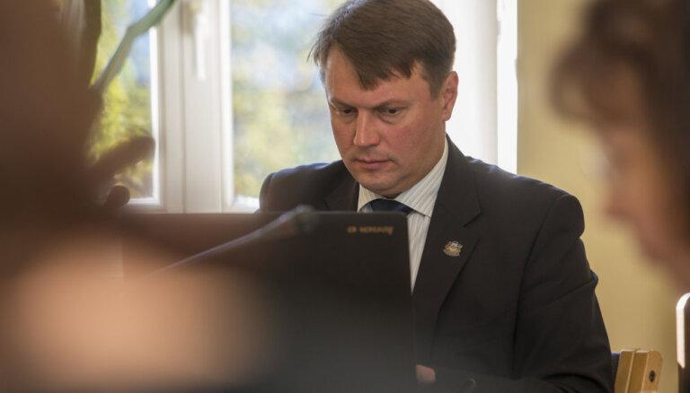 Opozīcija asi kritizē valdībā atbalstīto valsts budžeta projektu