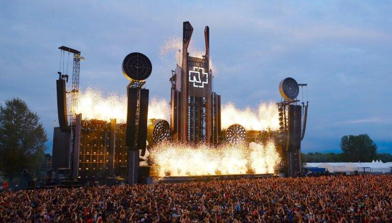 Foto: 'Rammstein' piedārdina Rīgu ar jaudīgu un skaļu šovu