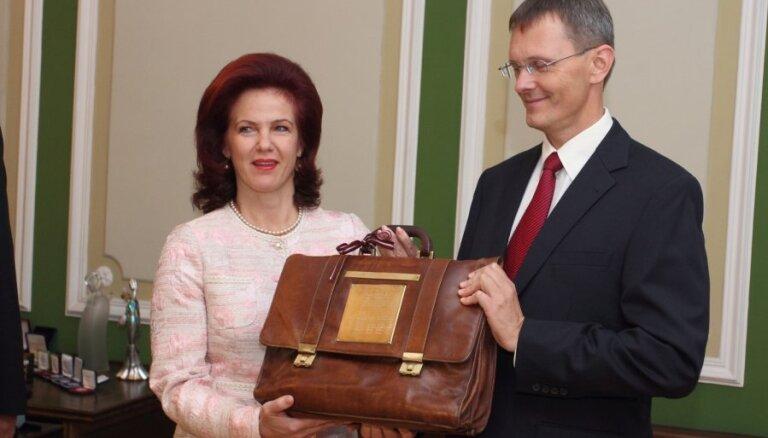 Вилкс торжественно передал бюджет-2013 в Сейм