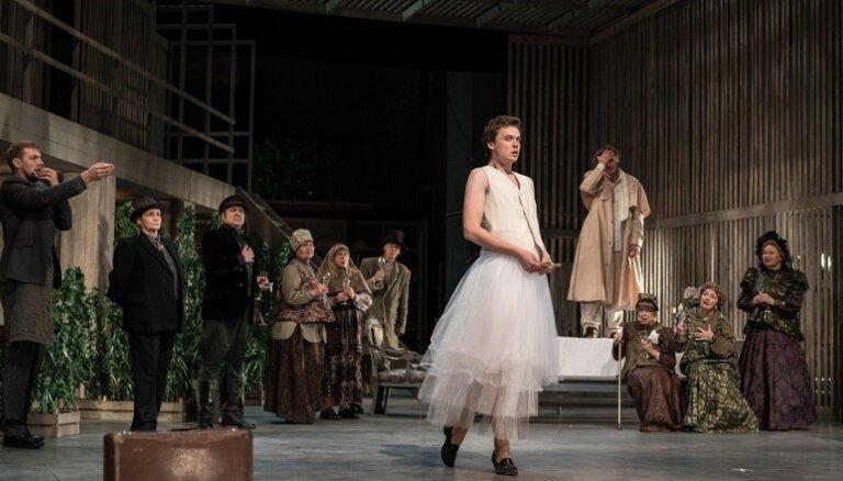 Foto: Valmieras teātrī pirmizrādi piedzīvo komēdija 'Muiža kaņepēs'