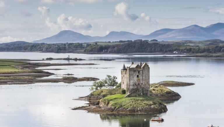 Vēsturiska pils Skotijā, ko ieskauj ūdens