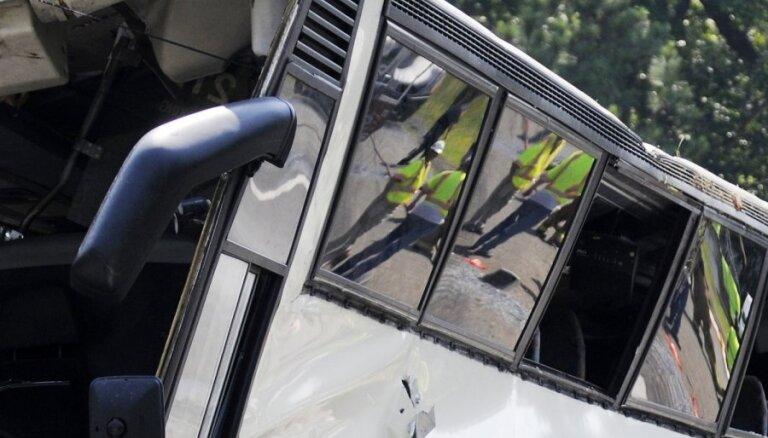 Jelgavas autoostā autobuss atpakaļgaitā sabrauc sievieti
