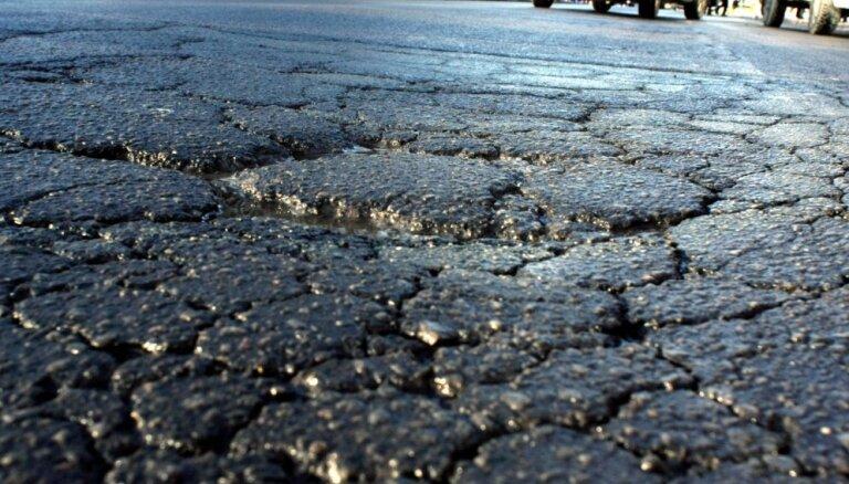 Новое дорожное покрытие в рижских дворах уже разрушается