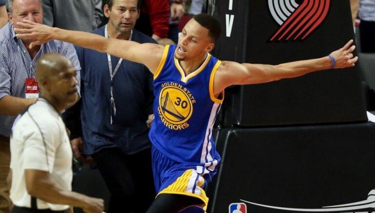 'Warriors' trešo reizi uzvar 'Trail Blazers' un tuvojas 'play-off' nākamajai kārtai
