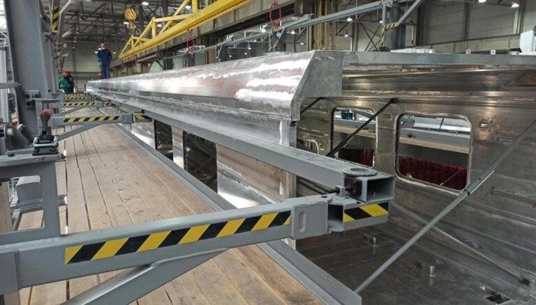 ФОТО: В Чехии начался монтаж корпуса нового электропоезда для Латвии