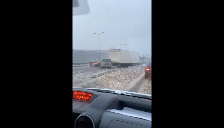 Video: Fūres un vieglā auto sadursme uz Dienvidu tilta