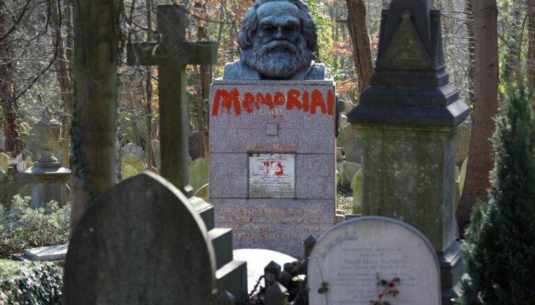 Foto: Londonā otro reizi šomēnes sabojāts Kārļa Marksa kapa piemineklis