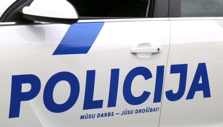 Avarējot policijas konvoja autobusam, cietuši četri aizturētie