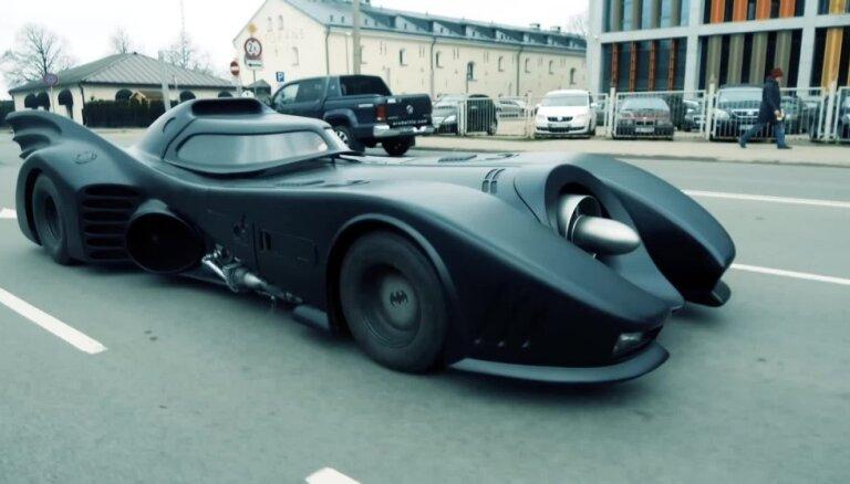 Video: Miljonu vērtais Betmena auto pa Rīgas ielām ierodas Ķīpsalā