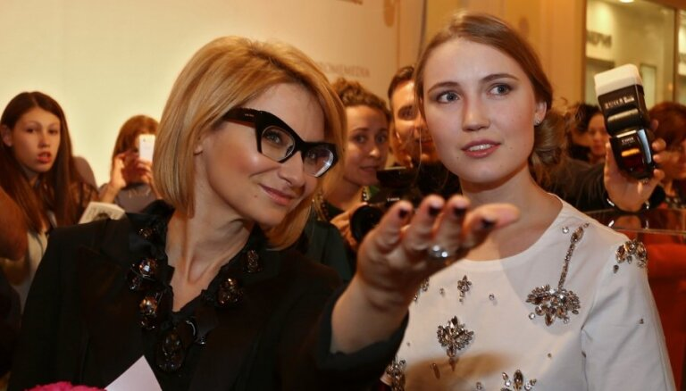 Эвелина Хромченко открыла выставку винтажной и современной бижутерии