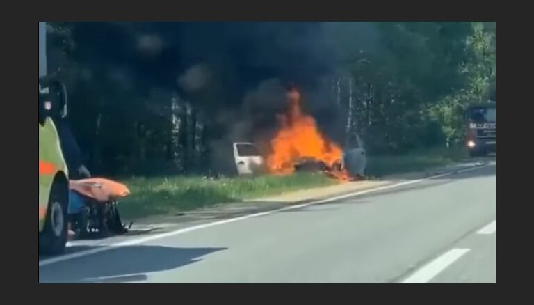 ВИДЕО: На Лиепайском шоссе после столкновения с фурой полностью сгорел BMW
