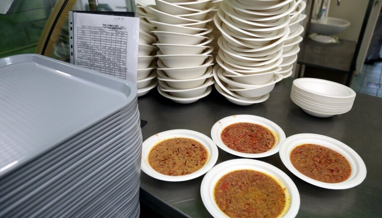 С четверга в Риге откроются еще четыре пункта раздачи горячей еды малообеспеченным