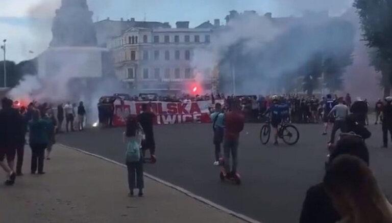 Польские футбольные фанаты жгли файеры у Памятника Свободы