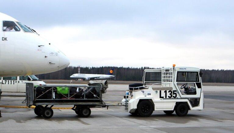 """Аэропорт """"Рига"""" приобрел четыре новых электротягача для багажа"""