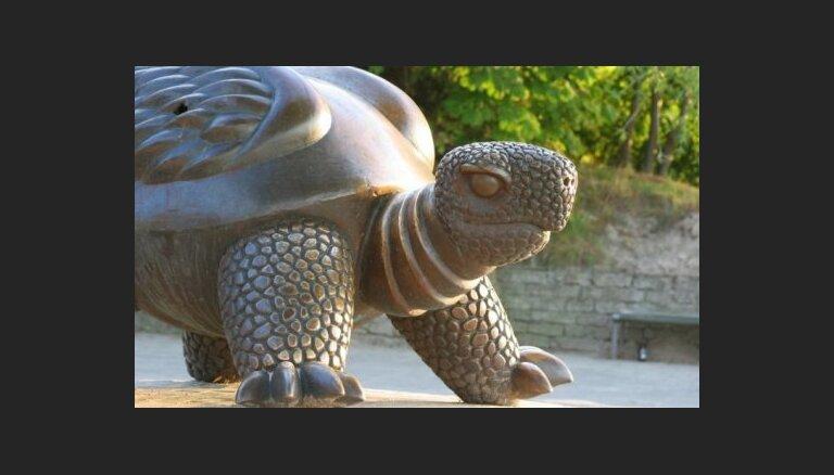 Юрмальская дума называет аферой угрозу Барды продать бронзовую черепаху