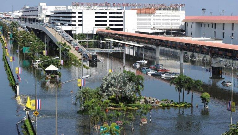 В Бангкоке вода прорвала дамбы и затапливает город