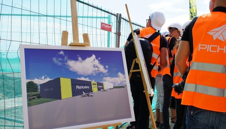 Foto: 'airBaltic Training' Pilotu akadēmija Liepājā būvēs jaunu lidmašīnu angāru