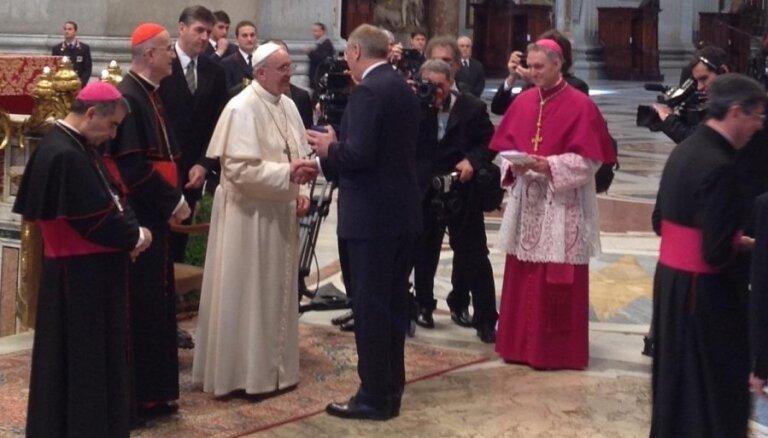 Президент Латвии поздравил Папу Римского с интронизацией и вручил подарок
