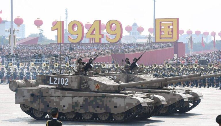 Foto: Ķīna komunistiskā režīma izveidošanas 70. gadadienu atzīmē ar militāro parādi