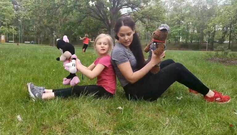 Video: fitnesa trenere iesaka, kā vingrot kopā ar bērnu