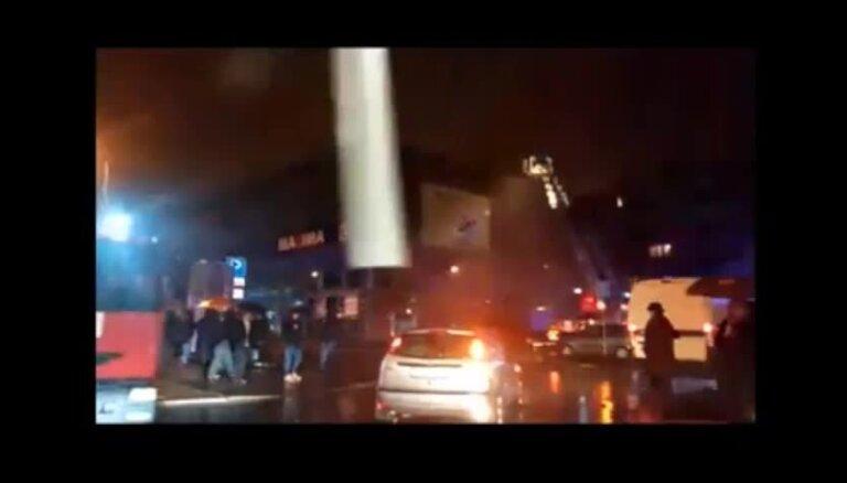 Izcēlies paaugstinātas bīstamības ugunsgrēks veikalā 'Maxima' Maskavas ielā