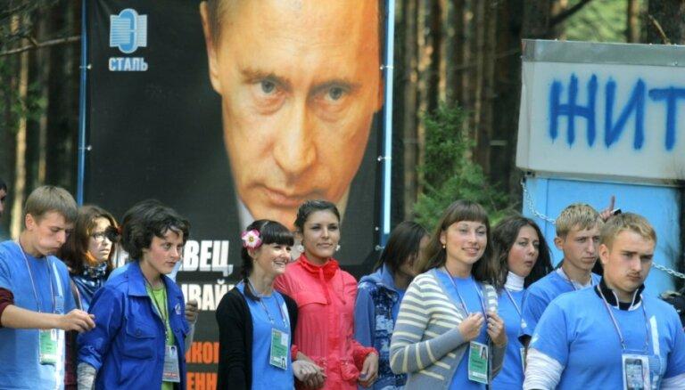 'Kommersant' apsūdz Kremlim pietuvināto jauniešu organizāciju 'Naši' par kiberuzbrukumiem
