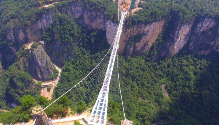 Tikai drosmīgajiem: pieci biedīgi gājēju tilti, no kuriem paveras brīnumaini skati