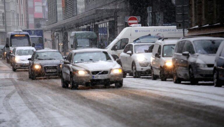 Снег и обледенение осложняют условия на дорогах по всей Латвии