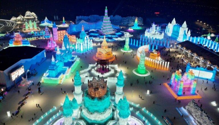 Foto: Pasaulē lielākais sniega un ledus skulptūru festivāls Ķīnā
