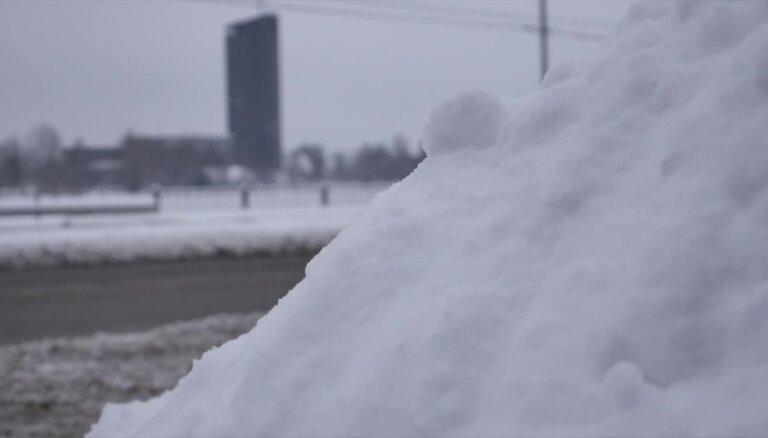 Sniega dēļ Rīgas domē sasauc sanāksmi par situāciju uz ceļiem